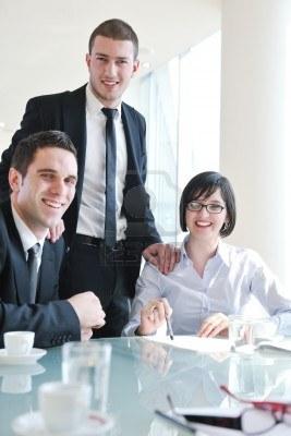 Игры на корпоративных вечеринках и домашних посиделках, Каждая группа выбирает себе предводителя, который садится по середине.